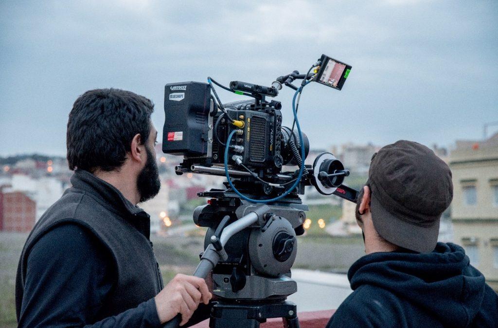 ¿Qué funciones tiene un ayudante de cámara en cine?
